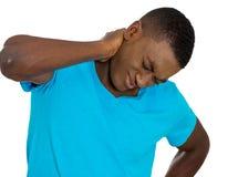 Den stressade olyckliga unga stiliga mannen med den dåliga halsen smärtar Fotografering för Bildbyråer