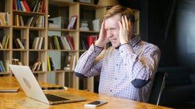 den stressade online-finansiella affärsmannen reagerar, som han håller ögonen på avtalskraschen lager videofilmer