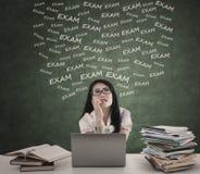 Den stressade studenten med bärbara datorn förbereder sig för examen Arkivfoto
