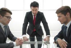 Den strikta affärsmannen rymmer ett möte med anställda arkivfoto