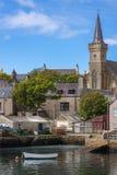 Den Stromness kyrkan och delen av hamnen ansluter Arkivbild