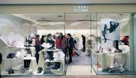 Den Stuart weitzmanen shoppar i Hong Kong Royaltyfri Bild