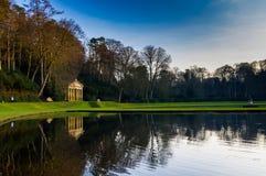 Den Studley kunglig person bevattnar trädgården Arkivbilder