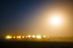 Den suddiga bilden av ljus av nattstaden Gatabelysning I Royaltyfri Bild