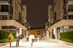 Den suddiga gångaren i staden på natten, zoomeffekt, vinkar blått Royaltyfri Bild