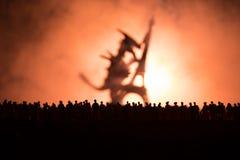 Den suddiga konturn av det jätte- monstret förbereder attackfolkmassan under natt Selektivt fokusera garnering royaltyfri fotografi