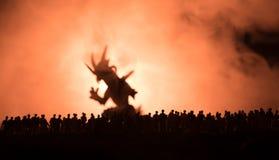 Den suddiga konturn av det jätte- monstret förbereder attackfolkmassan under natt Selektivt fokusera garnering royaltyfri bild