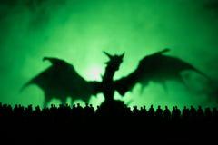 Den suddiga konturn av det jätte- monstret förbereder attackfolkmassan under natt Selektivt fokusera garnering arkivfoto