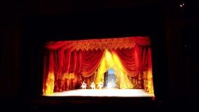 Den suddiga scenisken hänger upp gardiner öppning i teater 4K lager videofilmer