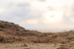 Den suddiga sikten av vaggar på kustsolnedgång Royaltyfria Bilder