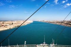 Den Suez kanalen - ett skepp kör i den nya östliga förlängningscanaen Arkivfoton