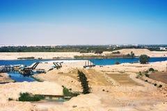 Den Suez kanalen - sikt från 2015 nyligen öppnade förlängningskanal på Arkivbild