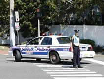 Den Suffolk County polisentjänstemannen som ger säkerhet under, ståtar i Huntington Arkivbild