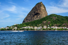Den Sugarloaf berg-, Urca grannskapen och Botafogo skäller i Rio de Janeiro Arkivbild