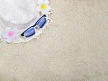 Den sugrörhatten och solglasögon på sand för sommar sätter på land bakgrund fotografering för bildbyråer