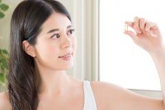 Den sunda asiatiska kvinnan bantar med näringvitaminer, och sunt äta Arkivbild