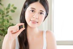 Den sunda asiatiska kvinnan bantar med näringvitaminer, och sunt äta Fotografering för Bildbyråer