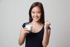 Den sunda asiatiska kvinnan som dricker ett exponeringsglas av, mjölkar Arkivfoton
