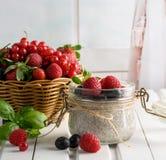 Den sunda blandade smoothien som göras från mandeln, mjölkar Glass krus med c arkivfoto