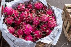 Den sunda draken bär frukt på marknaden för organisk mat, den tropiska Bali ön, Indonesien Royaltyfri Bild
