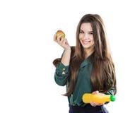 Den sunda flickan med vatten och äpplet bantar att le på vit Royaltyfria Bilder