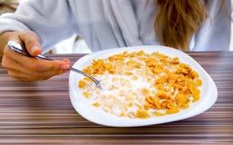 Den sunda frukostcornflakens med mjölkar Arkivbilder