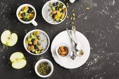 Den sunda frukosten eller morgonmellanmålet med chiafrö pudding och bär på grå färgbetong stenar bakgrund, vegetarian Royaltyfri Bild