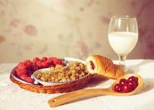 Den sunda frukosten med mjölkar och giffel Nya smakliga bär Arkivfoton