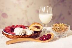 Den sunda frukosten med mjölkar och giffel Nya smakliga bär Royaltyfri Fotografi