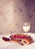 Den sunda frukosten med mjölkar och giffel Nya smakliga bär Arkivbild