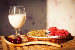 Den sunda frukosten med mjölkar och giffel Nya smakliga bär Royaltyfri Bild