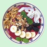 Den sunda frukosten som är förberedd, är nytt Smoothiebunken arkivfoto