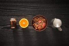 Den sunda frukostgranolamyslit med frukter, mjölkar och honung in arkivfoton
