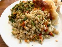 Den sunda grönsakplattan med Olive Oil Wheat Salad tjänade som på restaurangen fotografering för bildbyråer