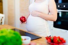 Den sunda gravida kvinnan bantar Royaltyfria Bilder
