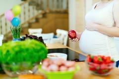 Den sunda gravida kvinnan bantar Royaltyfri Foto