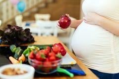 Den sunda gravida kvinnan bantar Royaltyfri Bild