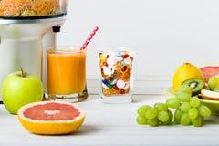 Den sunda livsstilen och bantar begrepp Fruktfruktsaft, preventivpillerar och vitamintillägg, primat begrepp Royaltyfria Bilder
