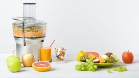 Den sunda livsstilen och bantar begrepp Fruktfruktsaft, preventivpillerar och vitamintillägg, primat begrepp Royaltyfri Foto