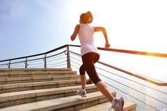 Den sunda livsstilkvinnan lägger benen på ryggen spring på stentrappa