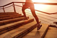 Den sunda livsstilkvinnan lägger benen på ryggen spring på stentrappa Fotografering för Bildbyråer