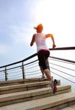 Den sunda livsstilkvinnan lägger benen på ryggen spring på stentrappa Arkivfoton