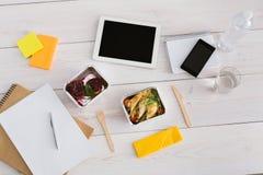 Den sunda lunchfolieasken med bantar mat på kontorstabellen Fotografering för Bildbyråer