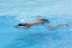 Den sunda pojkebröstslaglängden simmar i simbassäng Royaltyfri Bild