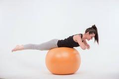 Den sunda unga idrottskvinnan gör övningarna arkivfoto