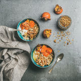 Den sunda vegetariska frukosten över grå färger hårdnar bakgrund, fyrkantig skörd royaltyfria foton