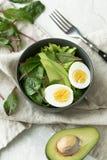 Den sunda vegetariska frukosten bowlar med sallad, avokadot och ägget, bästa sikt Rent äta, bantar matbegrepp Royaltyfria Foton