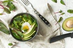 Den sunda vegetariska frukosten bowlar med sallad, avokadot och ägget, bästa sikt Rent äta, bantar matbegrepp Arkivfoton