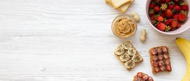 Den sunda vegetariska frukosten med ingredienser, bantar begrepp Strikt vegetarianrostade bröd med frukter, frö, jordnötsmör på e fotografering för bildbyråer