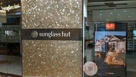 Den Sunglass kojan är en internationell kedja av sunglassdiversehandel som ägas av det italienska företaget Luxottica Royaltyfria Foton